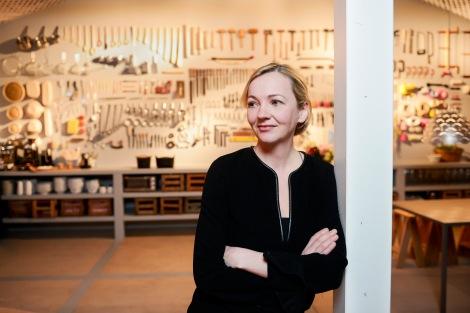 Designerin Louise Campell vor der Werkzeugwand