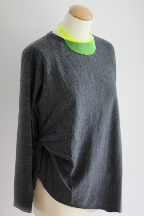 Neongelbes Collier von H&M | Pullover COS |  Bild: © Celia Günther