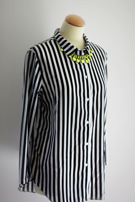 Neonkette Zara | Streifenhemd H&M | Bild: © Celia Günther